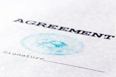 Макрос Голубой штемпель виртуального bitcoin валюты на финансовом документе Согласование, подпись напечатано на реальном листе  стоковое изображение
