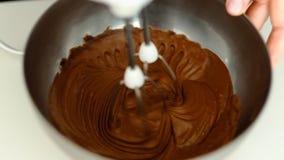 Макрос, замедленное движение, смеситель Венчики взбили тесто шоколадного торта в шаре стекла видеоматериал