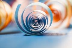 Макрос, конспект, изображение предпосылки покрашенной бумаги закручивает в спираль стоковые изображения rf