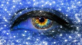 Макрос конца-вверх глаза женщины с длинными ресницами и профессиональный голубой макияж со звездами в голубом неоновом свете стоковые изображения