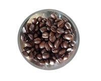 макрос кофе завтрака фасолей идеально изолированный над белизной Кофейные зерна в плите стоковые изображения