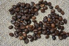 макрос кофе завтрака фасолей идеально изолированный над белизной влюбленность кофе i Стоковые Изображения RF