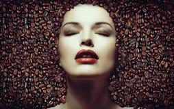 макрос кофе завтрака фасолей идеально изолированный над белизной Девушка в кофейных зернах Стоковое Изображение RF
