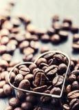 макрос кофе завтрака фасолей идеально изолированный над белизной сердце формы кофе фасолей Стоковые Фото