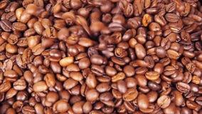 макрос кофе завтрака фасолей идеально изолированный над белизной Конец-вверх Вдоль кофейных зерен акции видеоматериалы