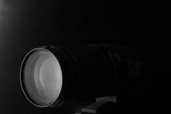 Макрос крупного плана объектива фотоаппарата с изображением отражений низким ключевым Стоковые Фотографии RF