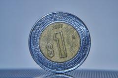 Макрос монетки мексиканского песо стоковое изображение