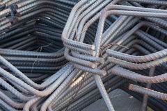 макрос поля глубины штанг конспекта конкретный усиливает сталь штаног отмелую к использовано Стоковая Фотография RF