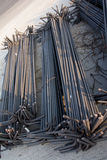 макрос поля глубины штанг конспекта конкретный усиливает сталь штаног отмелую к использовано Стоковое фото RF