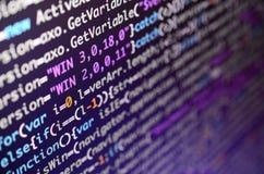 Макрос снял линии передачи команд на мониторе компьютера офиса Концепция работы ` s программиста Линия информации пропускает стоковые фото