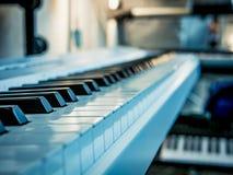 Макрос снятый классических ключей рояля стоковое фото rf