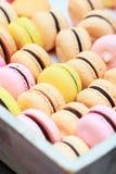 Макрос снятый цветастых macaroons Стоковая Фотография