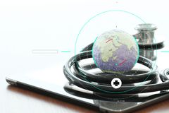 Макрос студии стетоскопа и глобуса текстуры с цифровой платой Стоковые Фотографии RF