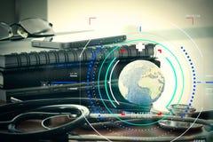 Макрос студии стетоскопа и глобуса текстуры с цифровой платой Стоковое Изображение