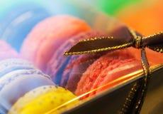 Макрос с цветастыми macaroons в коробке подарка Стоковые Изображения RF