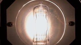 Макрос электрической лампочки мелькая Винтажная электрическая лампочка нити конец вверх видеоматериал