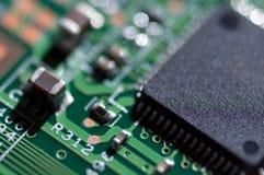 Макрос pcb монтажной платы радиотехнической схемы в зеленом цвете стоковое изображение rf
