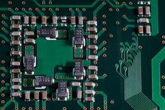 Макрос pcb монтажной платы радиотехнической схемы в зеленом цвете стоковое изображение