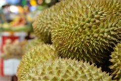 Максимум дуриана сложенный плодоовощ в азиатском рынке стоковые изображения rf