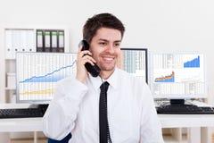 Маклер штока в рынке тенденцией к повышению курсов Стоковое Фото