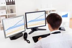 Маклер штока торгуя в рынке тенденцией к повышению курсов Стоковое Изображение RF