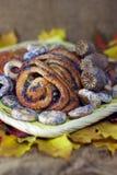 мак листьев плюшек bagels предпосылки осени Стоковые Изображения RF