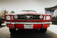 МАЛАГА, ИСПАНИЯ - 30-ОЕ ИЮЛЯ 2016: Вид спереди 1966 Ford Мustang в красном цвете, припаркованном в Малаге, Испания стоковая фотография rf
