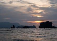 Малайзия - заход солнца над морем стоковые фото