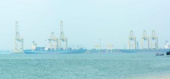 МАЛАЙЗИЯ, PENANG, ДЖОРДЖТАУН - ОКОЛО ИЮЛЬ 2014: Shi 2 контейнеров Стоковое Изображение