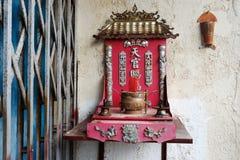 МАЛАККА, МАЛАЙЗИЯ - 5-ОЕ ФЕВРАЛЯ 2018: Взгляд на малом алтаре семьи в городке Китая стоковая фотография