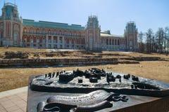 Малая бронзовая модель территории Дворц-музея Tsaritsyno на предпосылке грандиозного дворца Tsaritsyn на ясной весне Стоковое фото RF