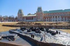 Малая бронзовая модель территории Дворц-музея Tsaritsyno на предпосылке грандиозного дворца Tsaritsyn на ясной весне Стоковое Фото