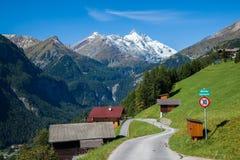 Малая высокогорная деревня в австрийских Альпах Стоковое Фото