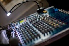 Малая глубина фото поля аудио смесителя стоковая фотография rf