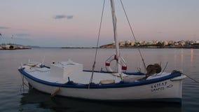 Малая греческая рыбацкая лодка на сумраке, Rafina, Греция акции видеоматериалы