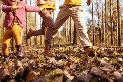 Малая группа в составе дети бежать в парке Стоковые Фото