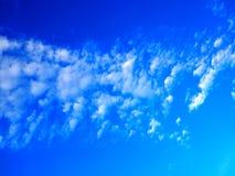 Малая группа облака в горизонтальном среднем диапазоне голубого неба Стоковое Изображение RF