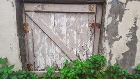 Малая деревянная дверь с замком в каменной стене стоковая фотография rf