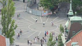 Малая европейская городская площадь, люди идя, едущ bicycles видеоматериал