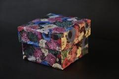 Малая закрытая творческая приданная квадратную форму коробка для настоящих моментов Стоковое Изображение RF