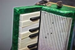 малая зеленая игрушка аккордеона детей стоковая фотография