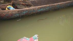 Малая змейка воды плавая около старой шлюпки сток-видео