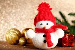 Малая игрушка снеговика с безделушками Стоковое фото RF