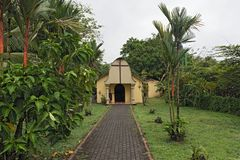 Малая католическая церковь в городке Tortuguero, Коста-Рика Стоковые Изображения RF