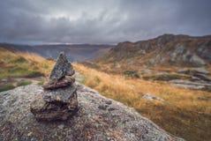 Малая куча сбалансированных камней на держателе Ulriken Стоковые Изображения RF