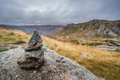 Малая куча сбалансированных камней на держателе Ulriken Стоковые Фотографии RF