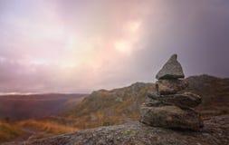 Малая куча сбалансированных камней на держателе Ulriken Стоковое фото RF