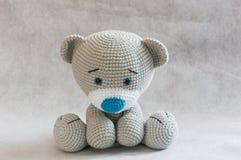 Малая милая игрушка медведя вязания крючком Стоковая Фотография