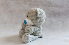 Малая милая игрушка медведя вязания крючком Стоковое фото RF