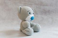Малая милая игрушка медведя вязания крючком Стоковые Изображения